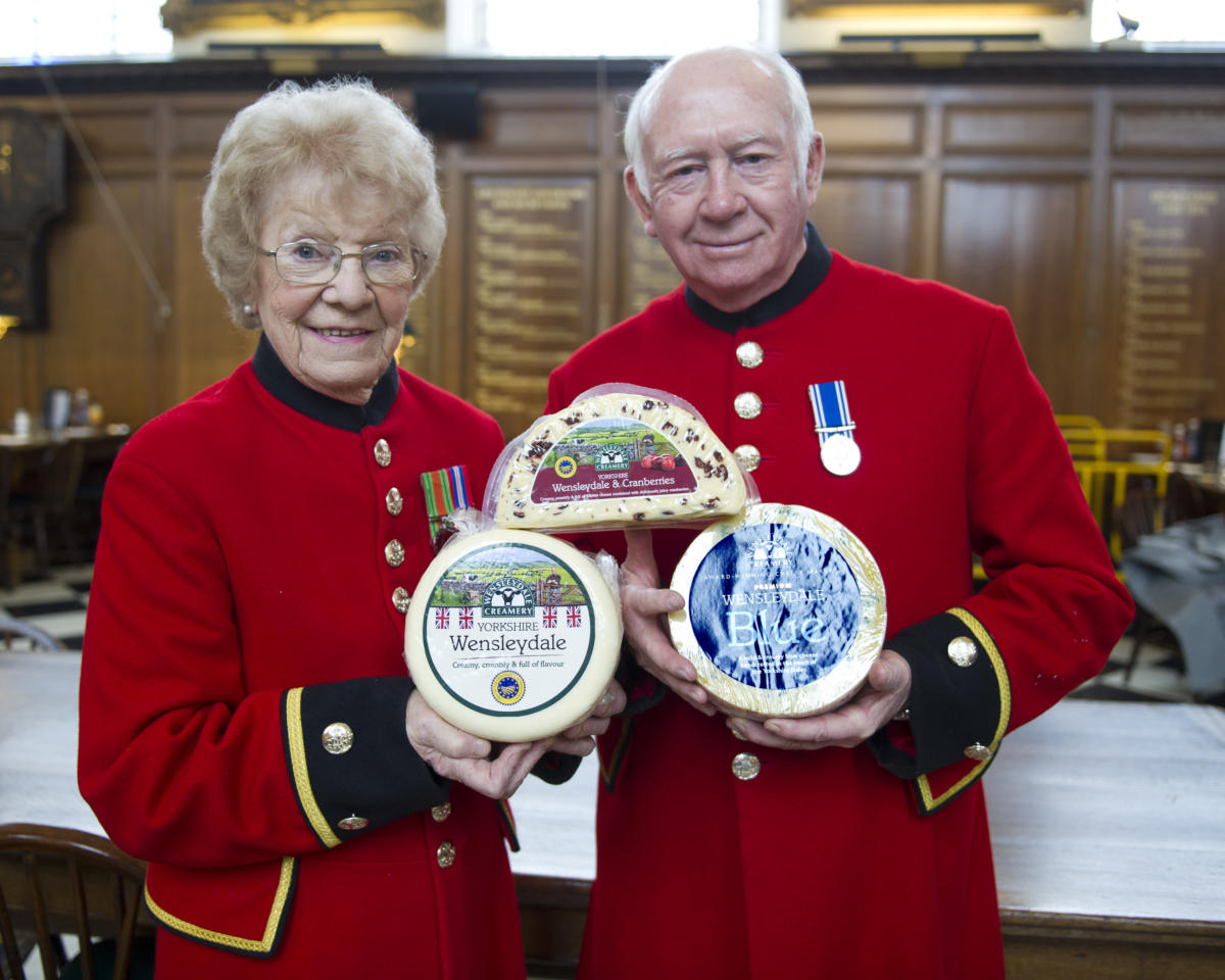 CHELSEA PENSIONERS RING IN THE FESTIVE SEASON WITH TASTY CHEESE